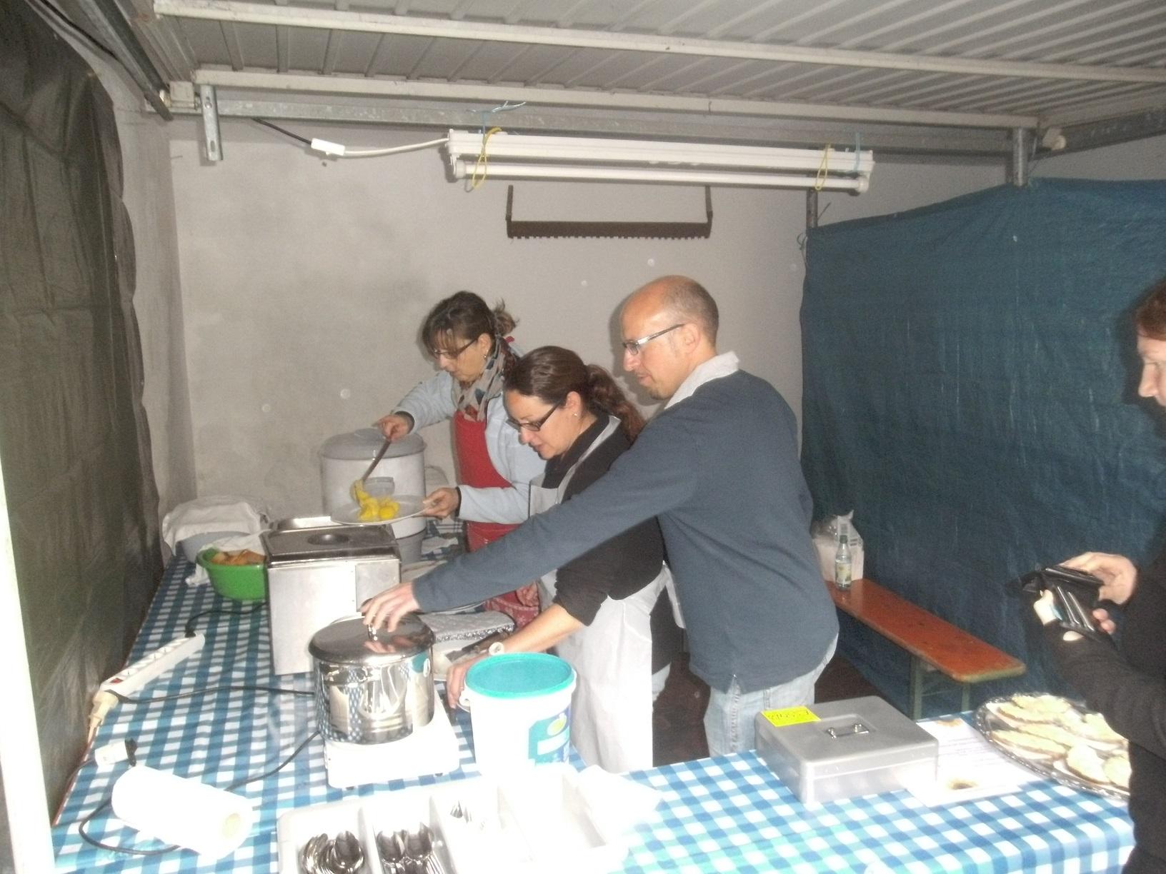 Essensausgabe mit Julia, Manu und Michael