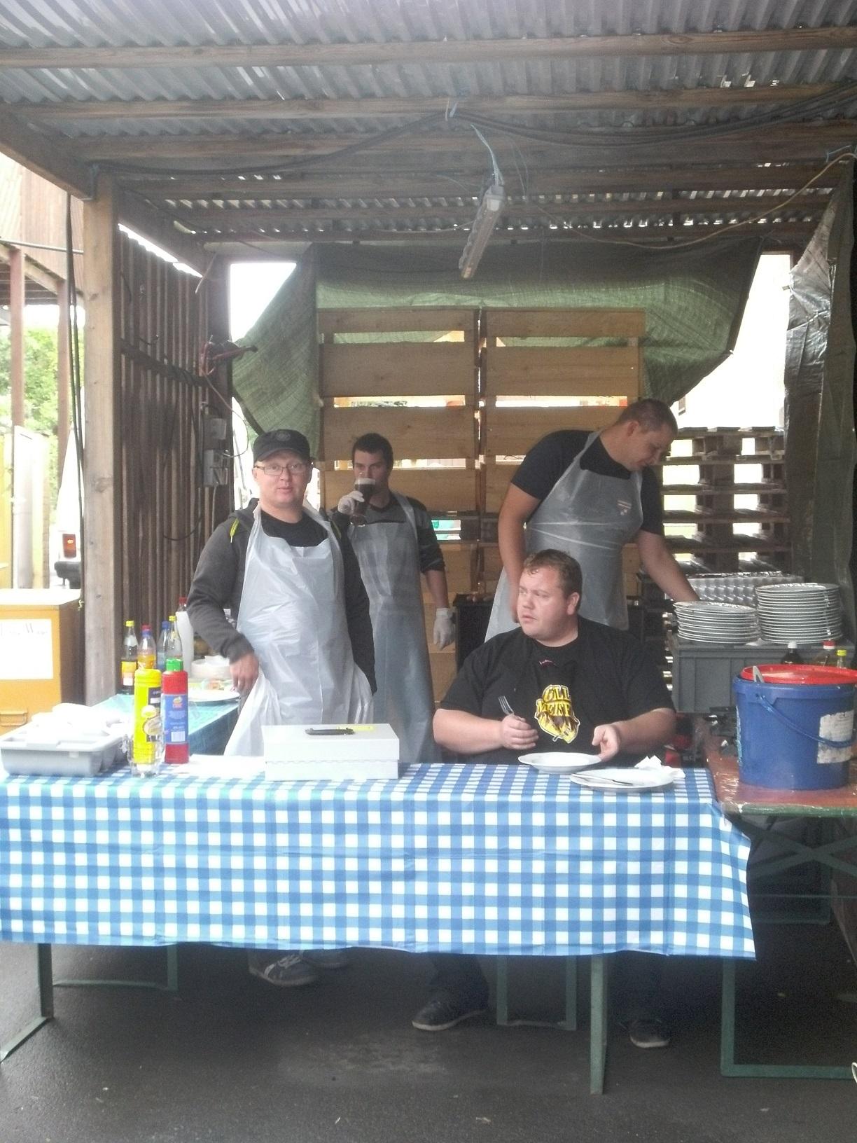 Essensausgabe mit Mark, Chrissi, Alex und Matze